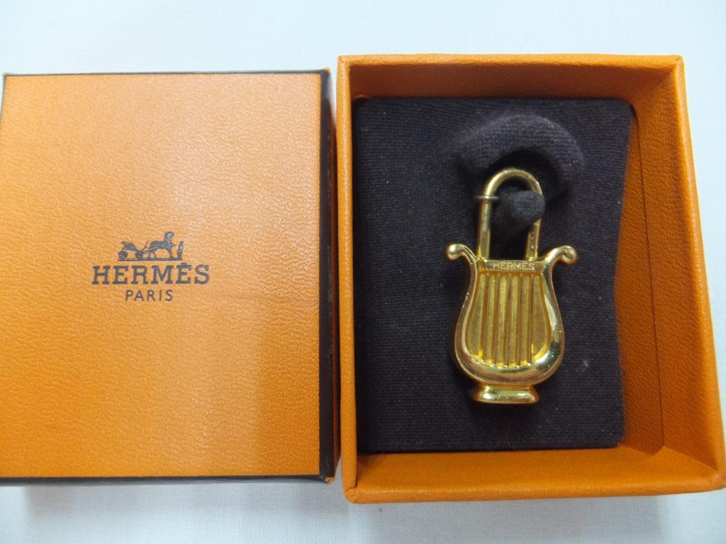 エルメスのカデナ 1996年「音楽」楽器(ハープ)ゴールド