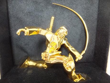 純金ガンダム(ビームサーベルVer)箱内装を背景にアップ